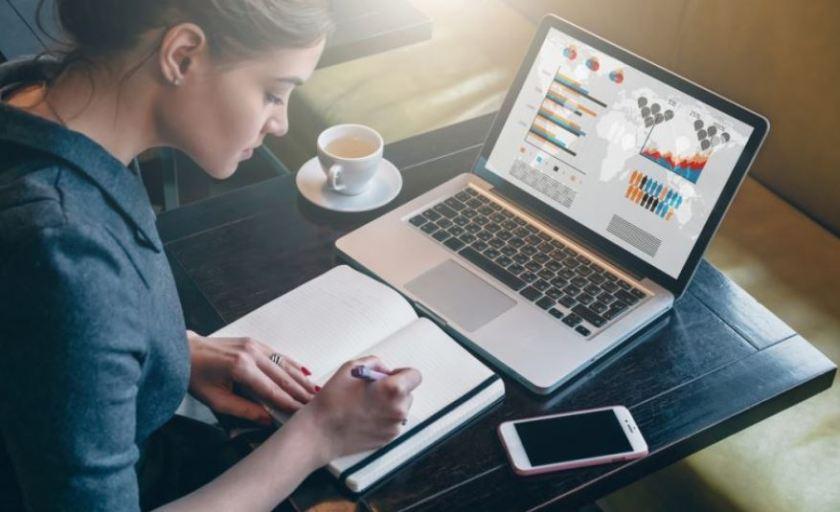 navidad. Mujer que revisa su negocio online desde casa en el ordenador