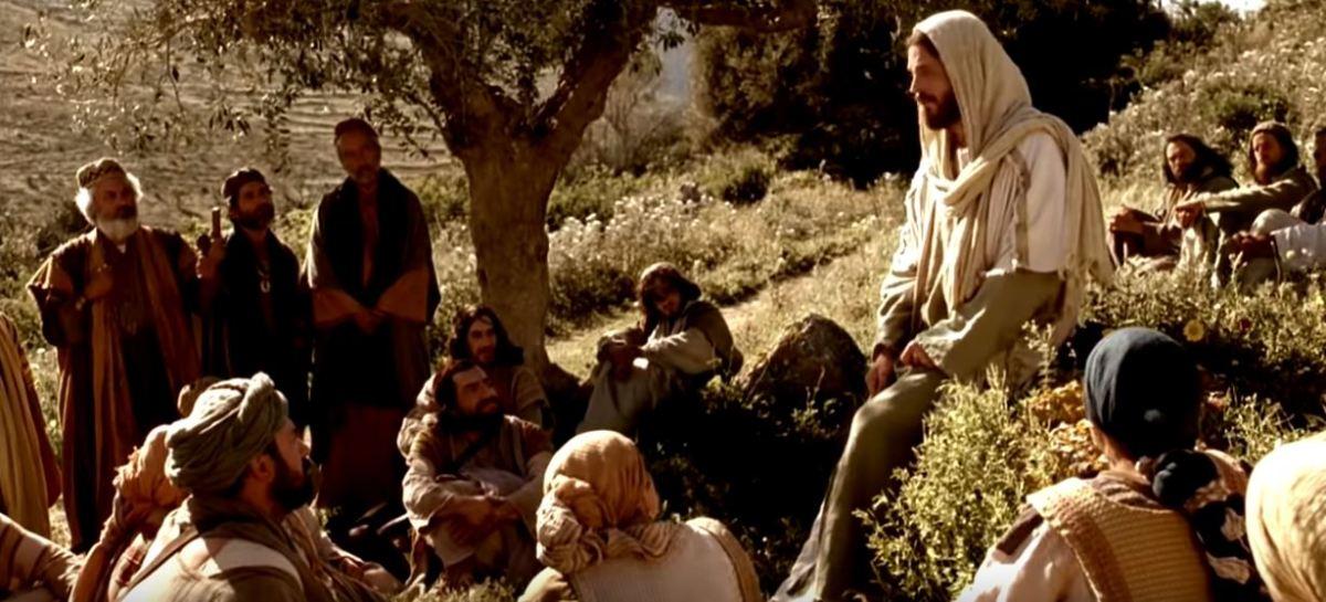 Jesús predica el evangelio a lasmultitudes.